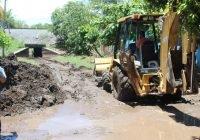 En Armería, desazolvan alcantarilla con el fin de evitar inundaciones