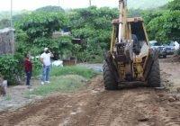 Mejora el alcalde Salvador Bueno calle en la colonia Las Lomas, Armería