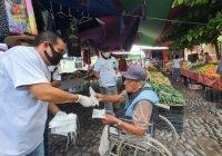 Jonhy Castillo hace entrega de 500 cubre bocas en el tianguis en Tecomán