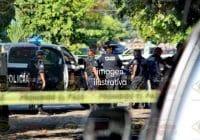 En Coqui roban taxi, policías municipales lo recuperan, detienen a uno y aseguran pistola