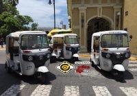 Mototaxis pertenecientes a la COMUNCO se manifiestan a las afueras del Ayuntamiento de Colima