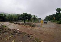 Cerca de 100 personas desplazadas en Manzanillo y Armería por la TT Hernán; paso a Cihuatlán cerrado