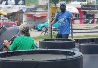 Entregan Virgilio y Gaby más de 80 tinacos a familias necesitadas