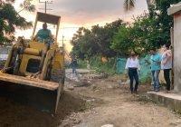 En Manzanillo, Diputada Rosi Bayardo pone a disposición retro excavadora para colonias afectadas por la TT Hernán