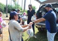 En Armería, Chava Bueno entrega despensas en la colonia Sagrado Corazón