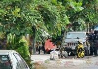 Localizan a un hombre golpeado y esposado afuera de una casa en Tecomán