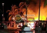 Cae rayo en una palmera en Cuyutlán; provoca fuerte incendio en 3 ramadas junto al malecón