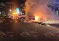 Automóvil se incendia al chocar contra muro de contención en Manzanillo; chófer lesionado