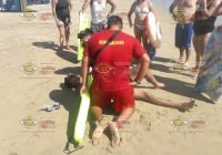 Rescatan a dos turistas de morir ahogados en Miramar, Manzanillo