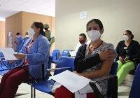 Se registran reacciones no graves en personal vacunado contra Covid-19
