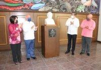 Develan busto del ExRector Fernando Moreno Peña en la rectoría de la Universidad de Colima