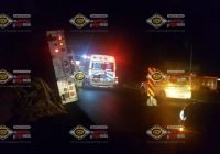 Tras impactarse en una parota, menores de edad se voltean en la carretera de Comala