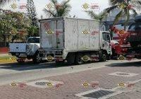 Tras Accidente, chófer de camión repartidor resulta lesionado en Boulevard de Manzanillo