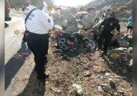 Motociclista pierde el control y se estampa contra rocas en Armería