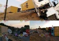 Trailer doble remolque vuelca en plena curva en el Trapiche, Colima