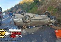 Una persona prensada y otra lesionada, saldo de un auto volteado sobre la carretera Manzanillo – Cihuatlán