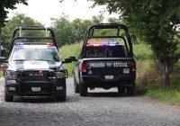Policías estatales aseguran galones con combustible en un predio
