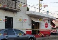 Motosicarios ejecutan a hombre al interior de una tienda de abarrotes en VdA
