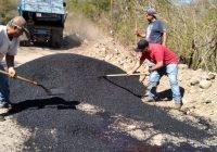 Con recursos propios, realiza Salvador Bueno bacheo de la carretera Armería a Coalatilla