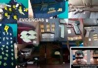 En cateo, se aseguran cerca de mil dosis de droga y diversas armas; hay 3 detenidos