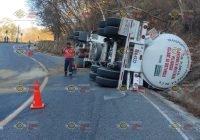 Autocamión sufre volcadura sobre carretera Manzanillo-Minatitlán