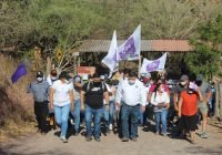 Familias de Juliotupa reciben con detalles en tono morado al candidato Carlos Carrasco