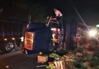 Anoche: vuelca camión cargado de plátano en la puerta de Caleras, en Tecomán