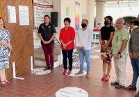 Coloca alcaldesa de Manzanillo bando solemne frente a la Presidencia Municipal