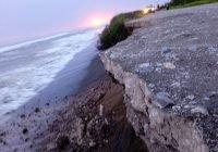 """Marejadas se """"comen"""" parte del acceso a la playa El Chupadero en Tecomán; PC acordona"""