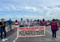 Maestros de Michoacán sección XVII de la SNTE exigen pago de salarios; bloquean el puente Coahuayana