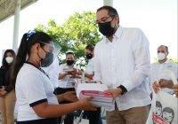 Gobernador entrega uniformes en el arranque del ciclo escolar