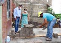 Alcalde Elías Lozano supervisa los avances de construcción de los 20 cuartos dormitorios en Tecomán.