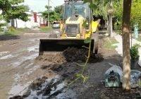H. Ayuntamiento de Tecomán, lleva a cabo desazolve de la calle Tuxpan en la colonia Villas del Sol