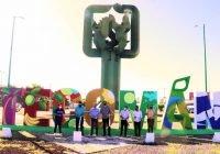 Elías Lozano y Daniel Gudiño cortan el listón de la modificación de las letras de Tecomán